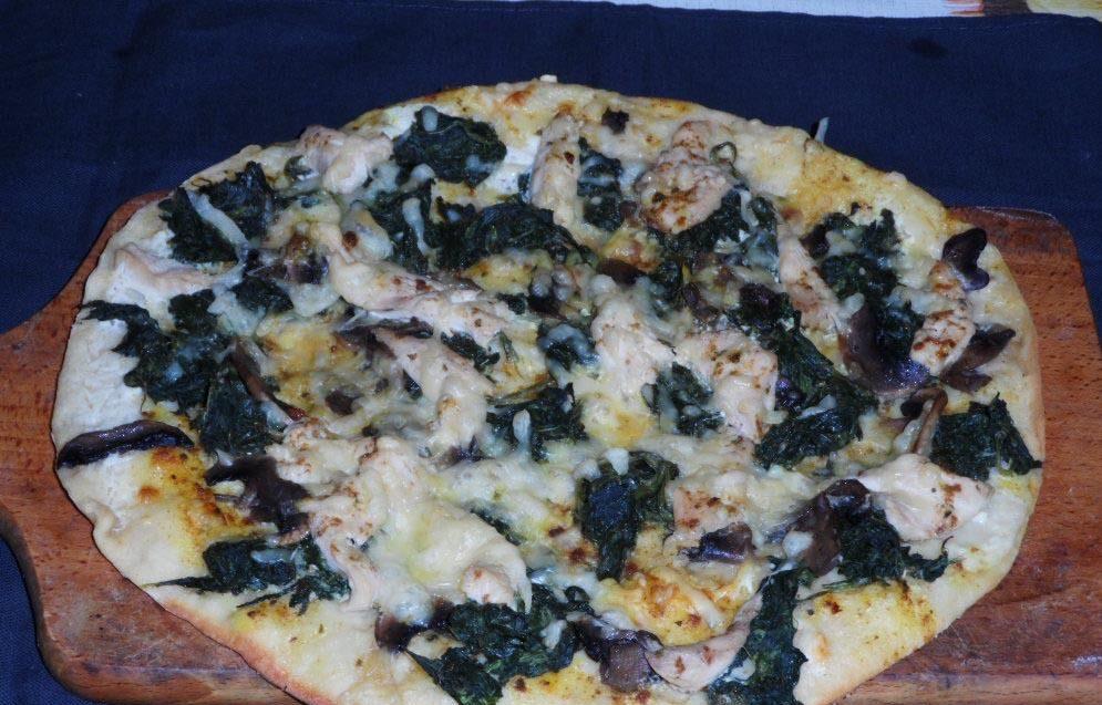 photo de pizza aux poulet ,aux épinards et au fromage de chèvre