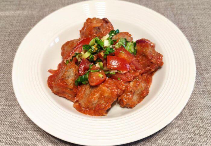 Boulettes en sauce tomate et sauce vierge