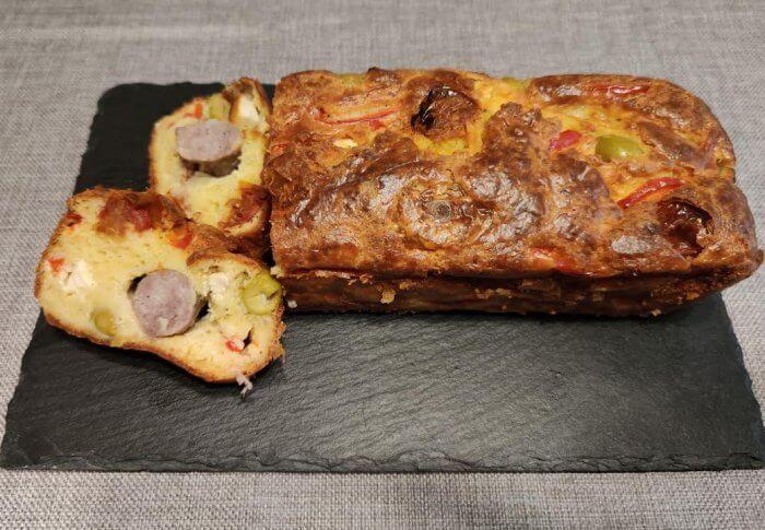 Cake à la saucisse, à la feta et au poivron rouge