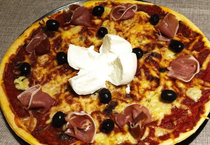 Pizza aux fromages et au jambon cru