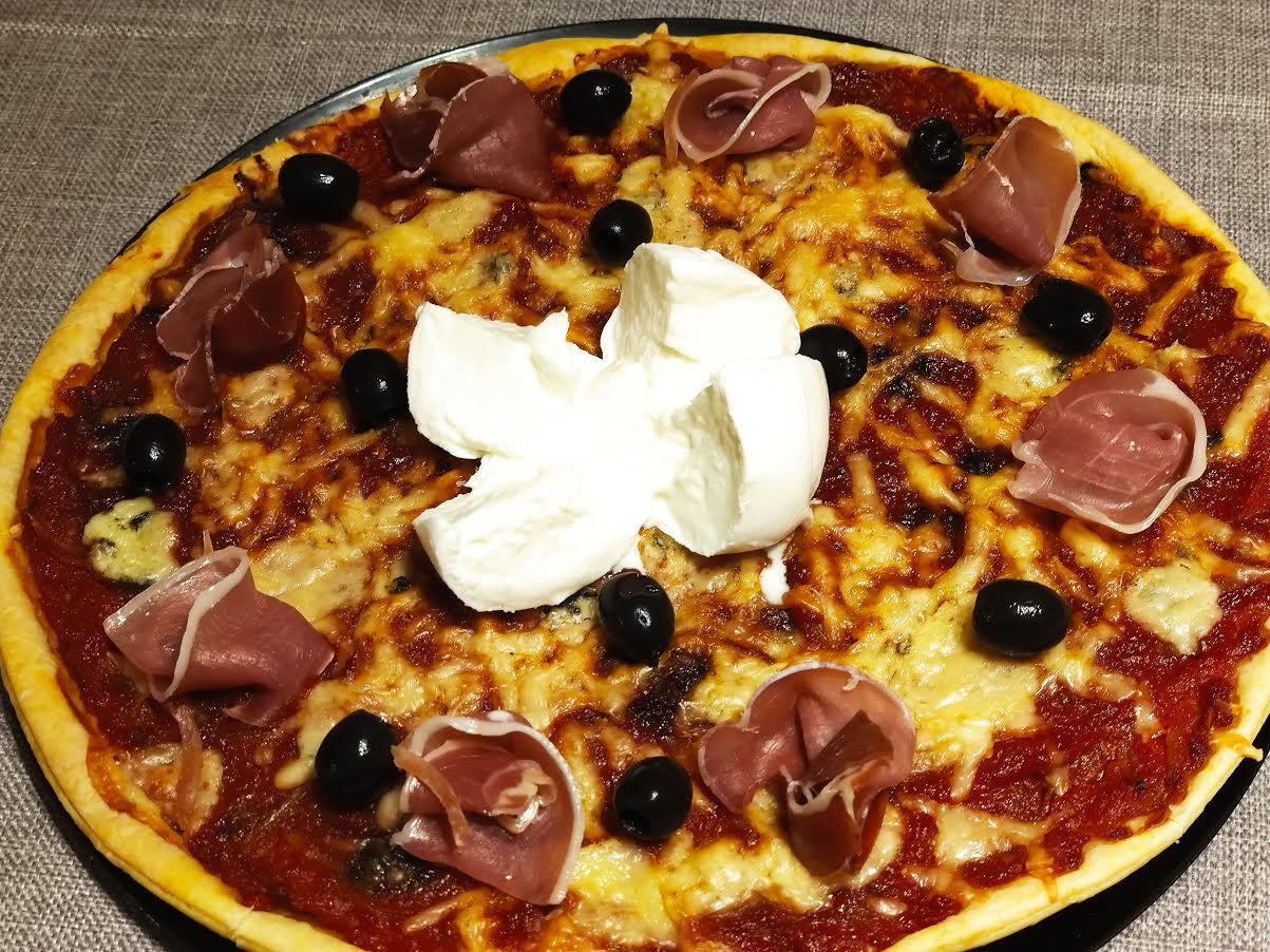photo de Pizza aux fromages et au jambon cru