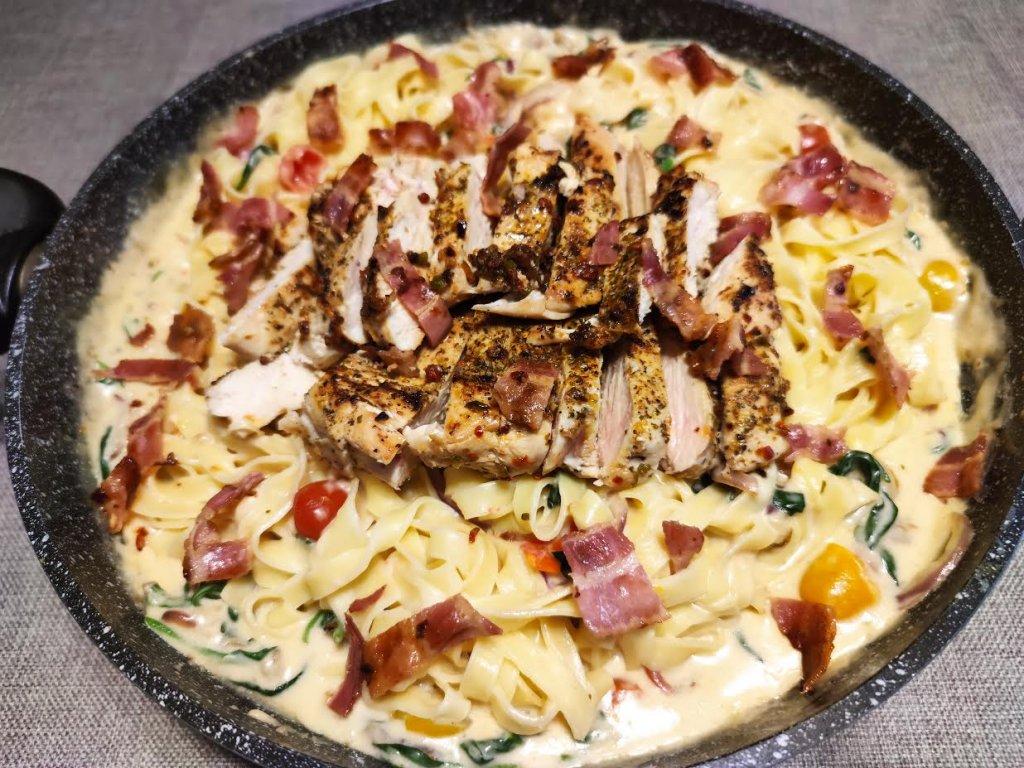 photo de Tagliatelles et poulet sauce parmesan aux épinards