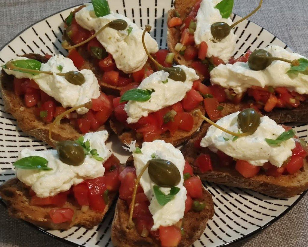photo de Aujourd'hui c'est la recette des bruschettas aux tomates et à la ricotta. Voici des tartines très fraîches pour un apéritif simple et efficace.