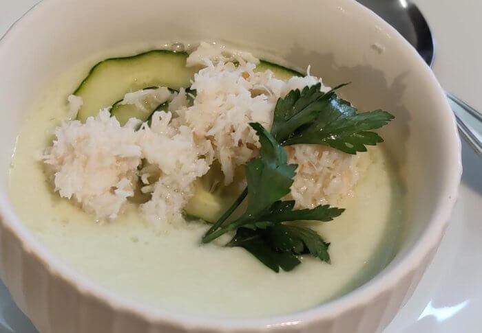 Soupe froide de concombre au crabe