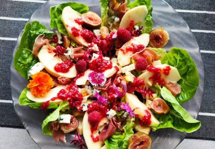 Salade à la figue, sauce aux framboises